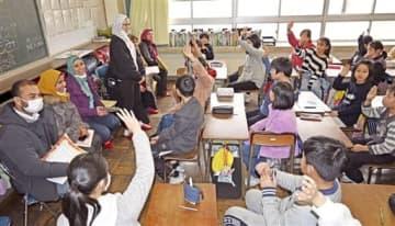 児童と交流するエジプトの教員=1月23日、福井県福井市明新小学校