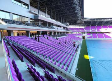 京都サンガFCの新ホームとなるサンガスタジアム京セラ。ピッチに近く、快適な観戦環境が整う(京都府亀岡市)