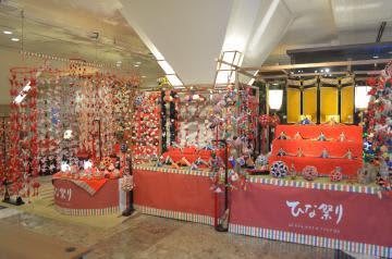 来館者を迎える色鮮やかなつるし雛やひな人形=日立市幸町のホテルテラスザスクエア日立