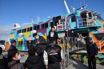 館山に到着した高速ジェット船の第1便=1日、館山市