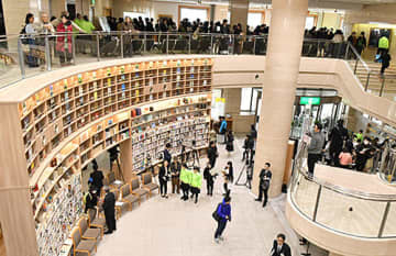 大規模改修を終えた県立図書館がリニューアルオープン。初日から大勢の市民が詰め掛けた=山形市・県立図書館