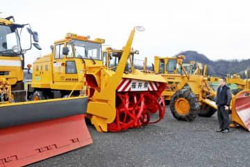 一度も出動がなく駐車したままになっている除雪車=1月31日、福井県福井市の辻広組資材置き場