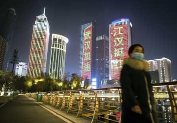 「武漢加油(武漢がんばれ)」などの文字が点灯した中国・武漢市内=1月31日(新華社=共同)
