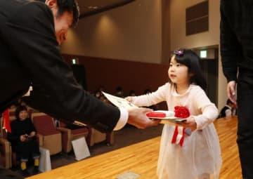 宮日ジュニア展の表彰式で賞状などを受け取る受賞者=2日午前、宮崎市・宮日会館