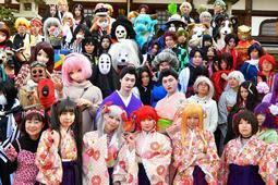 お気に入りの衣装でポーズを決めるコスプレーヤーたち=神戸市北区有馬町(撮影・秋山亮太)