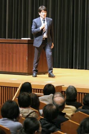 鈴木牧之の出身地、南魚沼市で「北越雪譜」をテーマに講演する林修さん=2日、同市民会館