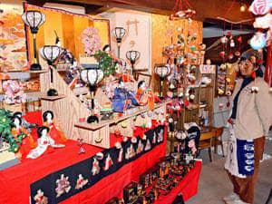 華やかなひな人形などが展示されている会場