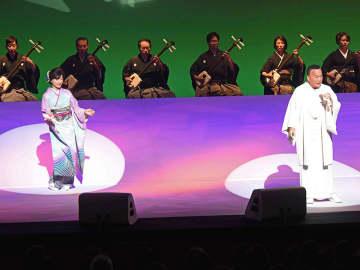 迫力あふれるステージで聴衆を魅了した細川たかしさんと長山洋子さん=揖斐郡大野町黒野、町総合町民センター