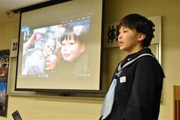ホストファミリーや現地の中学生との交流体験を報告する派遣生徒