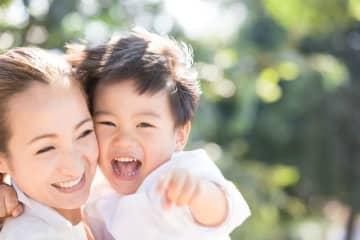 育児休業給付金が受け取れる対象者は、育児休業に入る前の2年間のうち11日以上働いた月が12カ月以上あるママ・パパです。雇用保険に加入していて保険料を支払っていることが大前提です。