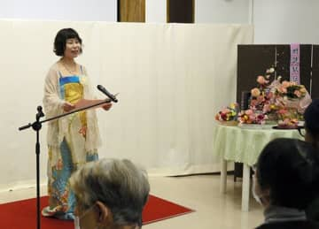 「朗読駅伝」で石牟礼道子さんの作品の一節を読み聞かせする参加者=八代市