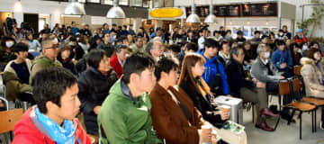 県民投票や民主主義についてのトークライブを聞く参加者=2日、徳島市・ノースショア