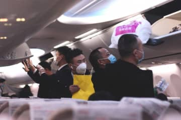 Passengers boarding a flight from Chengdu to Shanghai on Jan. 30, 2020. (Image credit: TechNode/Eliza Gkritsi)