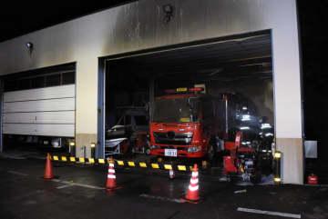燃えた車両を調べる消防署員=3日午前5時ごろ、大間原発