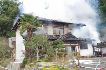 白い煙を上げる民家(与謝野町石川)
