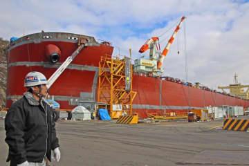 【資料写真】ジャパンマリンユナイテッド舞鶴事業所で建造される貨物船(2014年、舞鶴市余部下)