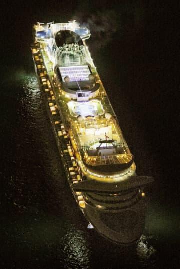横浜市沖に到着したクルーズ客船「ダイヤモンド・プリンセス」=3日午後8時3分(共同通信社ヘリから)
