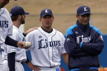 西武のザック・ニール(中央左)と松坂大輔【写真:宮脇広久】
