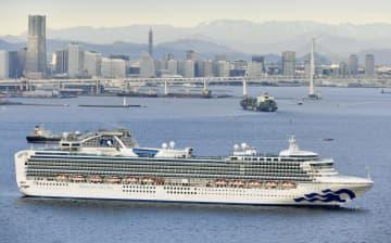 横浜・大黒ふ頭沖に停泊するクルーズ船「ダイヤモンド・プリンセス」=4日午前7時47分(共同通信社ヘリから)