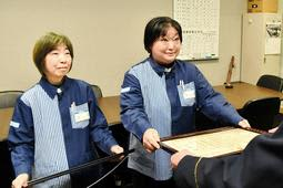 署長感謝状を受け取る松本礼子さん(右)と小池清香さん=神戸水上署