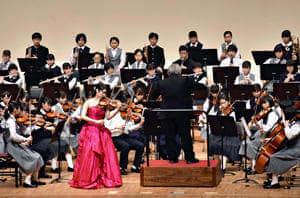 土屋さん(中央)と「バイオリン協奏曲第3番」を演奏する中学生