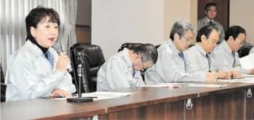 新型肺炎の対応強化を指示する郡市長(左)