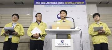 新型コロナウイルス感染の拡大を受け、入国制限措置などについて発表する韓国政府高官ら=4日、韓国・世宗市(聯合=共同)