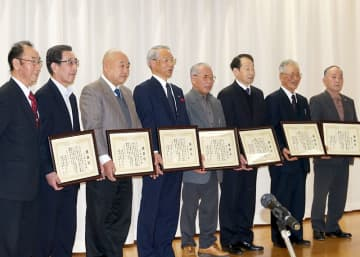 一関地域防犯隊発足50周年記念祝賀会で、永年勤続者として感謝状を贈呈された隊員ら