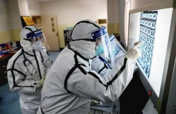 中国・武漢の病院で新型肺炎の患者の治療にあたっている医療関係者ら=3日(共同)
