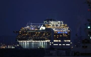 横浜港の大黒ふ頭沖に停泊するクルーズ船「ダイヤモンド・プリンセス」=4日夕