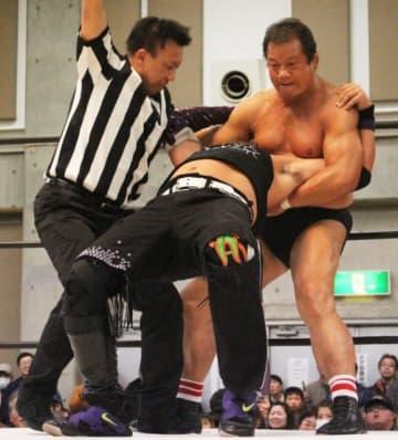ドラゴンスリーパーを決める藤波辰爾選手(右)=国東市のアストくにさき