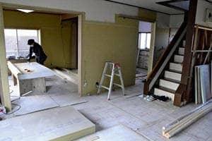 1階部分が1メートル以上浸水した郷野目地区宝来町の住宅の改修の様子。住民は将来への不安を抱きつつも改修を決断した
