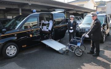 長崎第一交通グループが導入したUDタクシー=佐世保市相浦町、長崎第一交通佐世保営業所