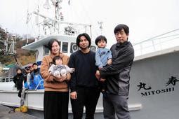 元実習生のウギア・レストゥ・ギナンジャルさん(中央)と濱根綾華さん夫妻。右端は綾華さんの父秀樹さん=諸寄漁港