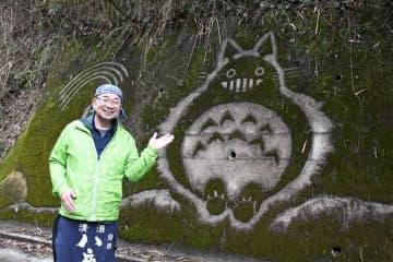 トトロの壁画?実はコケアート、「ネコバス」も 大分・九重町