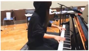 「鬼滅の刃」主題歌を演奏する、黒パーカーの大物アーティストが話題!