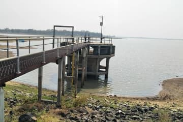 The water level at Lam Chamuag reservoir has dropped sharply during the drought afflicting Phimai district of Nakhon Ratchasima. (Photo by Prasit Tangprasert)