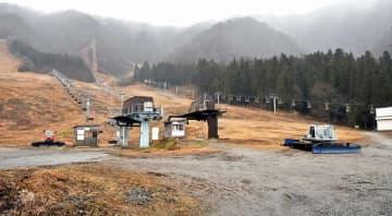雪不足で営業が開始されていないスキー場=1月30日、福井県大野市角野の九頭竜スキー場