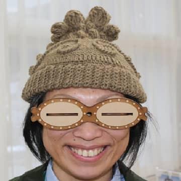 「遮光器土偶のニット帽」に同シリーズの先行商品「遮光器型眼鏡」をプラス。これであなたも土偶気分~♪(提供写真)