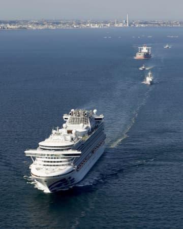 真水の精製やバラスト水の管理など必要な作業をするため、太平洋上へ向かうクルーズ船=5日午後(共同通信社ヘリから)