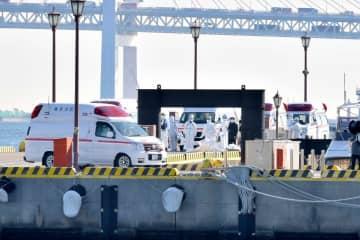 クルーズ船から下船した感染者を搬送する救急車=5日午前9時50分ごろ、横浜海上防災基地