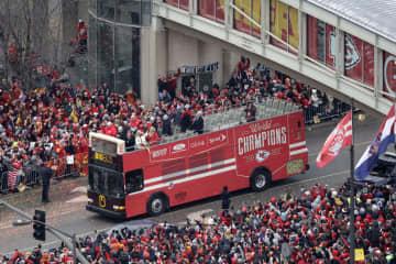 チーフスのリード監督らが乗ったバス=5日、カンザスシティー(AP=共同)