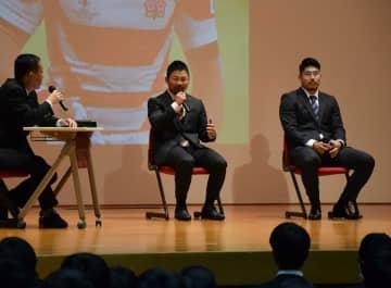 ラグビーW杯や高校時代の思い出を語る田中(中央)と松田(右)=京都工学院高