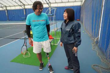 左から一般社団法人障がい者立位テニス協会の柴谷健代表理事、全国選抜高校テニス大会チーフアドバイザー宮崎愛伎代さん