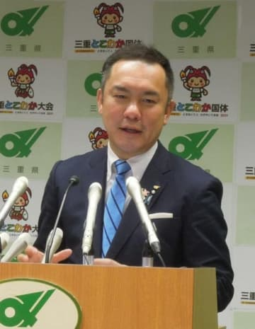【定例記者会見で、自動車税の減免制度を拡充する考えを示す鈴木知事=三重県庁で】