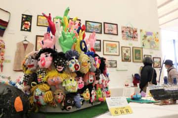 手芸・工芸の部門の市長賞に選ばれた「東京オリンピック」(左)。多彩な作品が並ぶ=県美術館県民ギャラリー