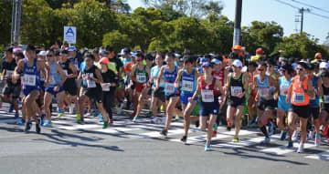 前回のアクアラインマラソンで一斉にスタートを切るランナーたち=2018年10月、木更津市