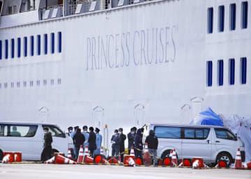横浜・大黒ふ頭に着岸したクルーズ船「ダイヤモンド・プリンセス」付近で待機する関係者ら=6日午前10時46分