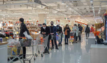 People line up at a supermarket wearing face masks on Feb. 4, 2020. (Image credit: TechNode/Shi Jiayi)