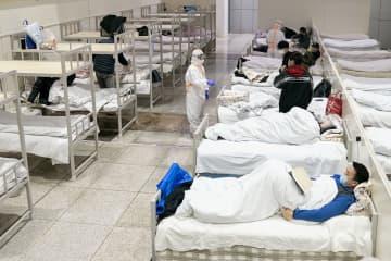 新型肺炎の軽症の感染者のために国際会議場に設置された臨時の病院=5日、中国・武漢(新華社=共同)
